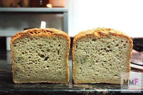 Dos panes. El de la izquierda tiene harina integral. El otro no.