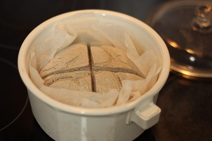 Poner la masa dentro de la cazuela previamente calentada